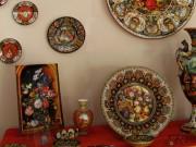 Ciotola con frutti e fiori e altre ceramiche