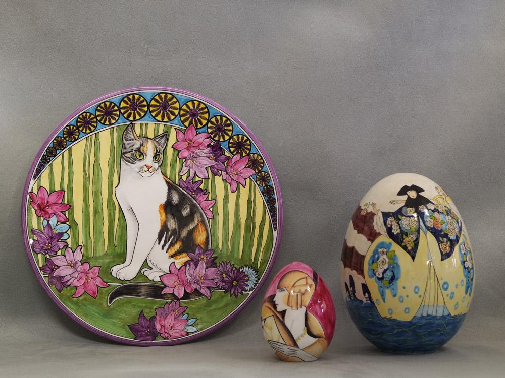 Piatto con gatto e due uova con figure di donne, ceramiche di Faenza