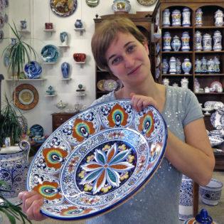 la ceramista Elisa Suzzi con un piatto a Pavona - La Vecchia Faenza