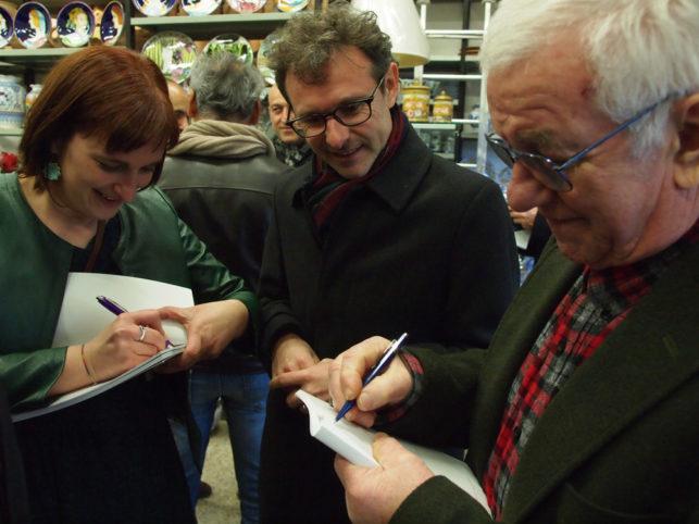 Gino Suzzi e la figlia Elisa firmano il libro al vicesindaco Massimo Isola