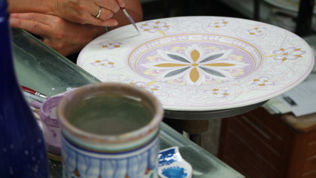 Decoration of an artistic ceramic plate
