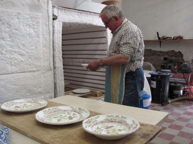 Preparing the kiln for cooking majolica
