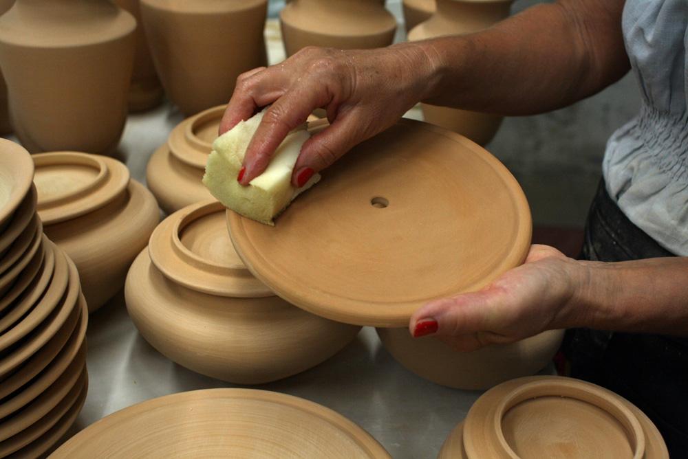 spugnatura del biscotto di ceramica prima della smaltatura