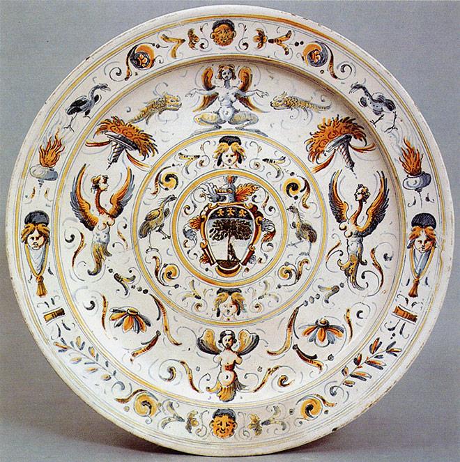 bacile in ceramica decorato a raffaellesche. faenza, xvii secolo