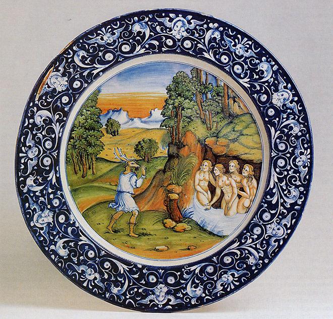 """Piatto con ornato a grottesche e cavetto istoriato con raffigurazione di """"Atteone mutato in cervo"""", 1530-1535."""