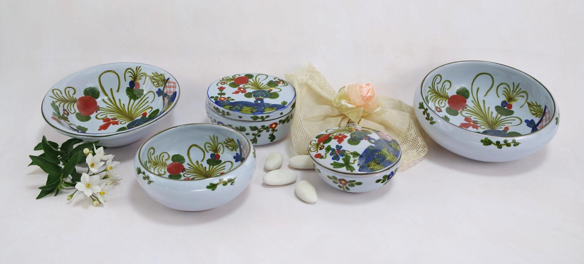 composizione di bomboniere tradizionali in ceramica di Faenza decorate a Garofano
